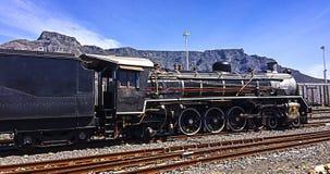 Trem do vapor com a montanha da tabela no fundo foto de stock