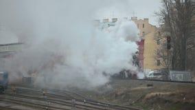 Trem do vapor na estação de trem video estoque
