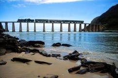 Trem do vapor que cruza a ponte África do Sul do rio de Kaaimans Fotografia de Stock