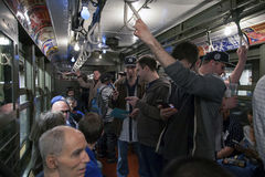 Trem do vintage da baixa tensão do passeio dos fãs do ianque ao estádio para o openin Fotografia de Stock