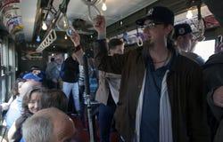 Trem do vintage da baixa tensão do passeio dos fãs do ianque ao estádio para o openin Foto de Stock
