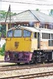 Trem do vintage na trilha na estação. Fotos de Stock