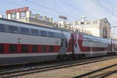 Trem dois-storeyed marcado na estação de trem de Voronezh imagem de stock