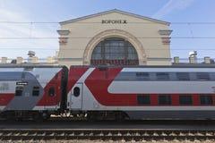 Trem dois-storeyed marcado no fundo da estação de trem em Voronezh foto de stock royalty free