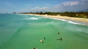 Trem dos novatos do surfista contra o litoral fantástico do oceano vídeos de arquivo