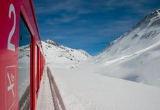 Trem e montanhas vermelhos Fotografia de Stock