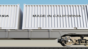 Trem e recipientes da carga com FEITO no subtítulo de CALIFÓRNIA Transporte Railway rendição 3d Foto de Stock Royalty Free