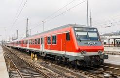 Trem elétrico suburbano na estação de Munich. Alemanha fotografia de stock