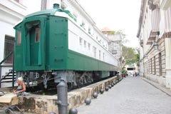 Trem em Havana Street idosa em Cuba fotografia de stock royalty free