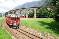 Trem expresso de Bernina em Brusio nos cumes suíços Fotos de Stock Royalty Free