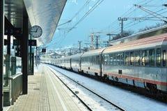 Trem expresso no estação de caminhos-de-ferro de Kitzbuhel Imagens de Stock