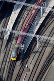 Trem expresso que chega em uma estação Fotos de Stock