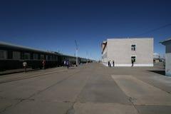 Trem expresso transiberiano na estação em Mongólia fotos de stock