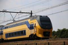 Trem interurbano do ônibus de dois andares na trilha em Moordrecht que dirige ao Gouda nos Países Baixos imagem de stock