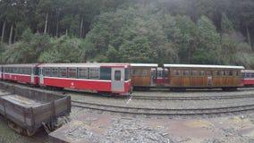 trem 4k vermelho clássico em Alishan que move-se de Forest Station In High Mountain video estoque