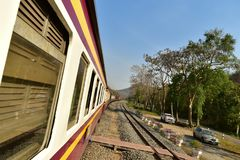 Trem local em Tailândia na área da montanha/floresta na província de Saraburi fotos de stock royalty free