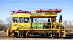 Trem locomotivo amarelo em Hungria Fotos de Stock