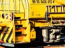 Trem locomotivo amarelo em Hungria Fotos de Stock Royalty Free