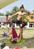 Trem masculino dos atores ao lado de uma tenda do circus fotografia de stock royalty free