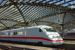 Trem moderno na estação de comboio em Europa. imagens de stock royalty free