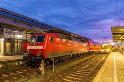 Trem na estação da central de Karlsruhe fotografia de stock