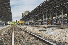 Trem na estação de comboio fotografia de stock