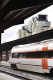 Trem na estação de comboio fotografia de stock royalty free
