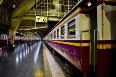 Trem na estação de trem da central de Banguecoque foto de stock