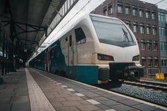 Trem na esta??o de comboio imagens de stock royalty free