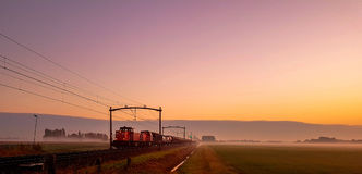 Trem na névoa da manhã Imagens de Stock Royalty Free