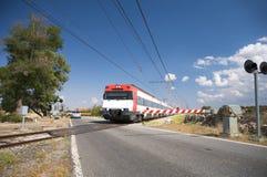 Trem na passagem de nível foto de stock