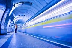 Trem na plataforma no metro Fotos de Stock
