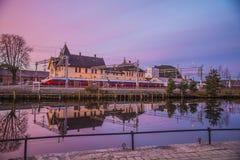 Trem no estação de caminhos-de-ferro de Halden um o amanhecer Fotos de Stock Royalty Free