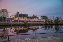 Trem no estação de caminhos-de-ferro de Halden um o amanhecer Fotografia de Stock