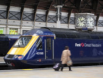 Trem no estação de caminhos-de-ferro de Paddington Fotos de Stock Royalty Free