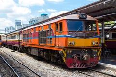 Trem pela estação de comboio Foto de Stock