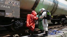 Trem próximo da equipe tóxica da emergência dos ácidos dos produtos químicos vídeos de arquivo