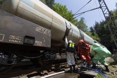 Trem próximo da equipe tóxica da emergência dos ácidos dos produtos químicos Fotos de Stock Royalty Free