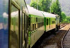 Trem que atravessa o campo Fotografia de Stock