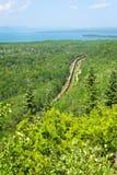 Trem que atravessa Ontário do norte Canadá imagem de stock
