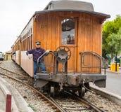 Trem que chega na estação imagem de stock royalty free
