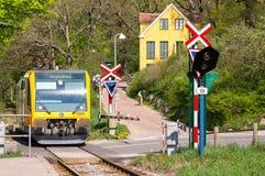 Trem que chega na estação de Brede, Dinamarca Fotos de Stock Royalty Free