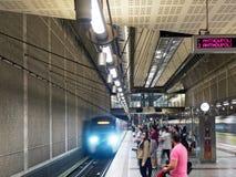 Trem que chega na estação de metro subterrânea de Atenas, Grécia fotografia de stock