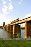 Trem que cruza o rio Fotos de Stock Royalty Free