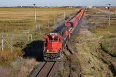 Trem que cruza a pradaria Fotografia de Stock