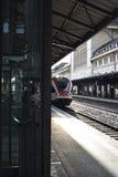 Trem que espera para ir na estação de trem de Lausana imagem de stock