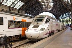 Trem que incorpora a estação Fotografia de Stock Royalty Free