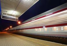 Trem que move-se na estação Imagens de Stock Royalty Free