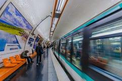 Trem que move-se na estação de metro parisiense do metro imagem de stock royalty free