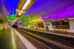 Trem que move-se na estação de metro parisiense do metro fotografia de stock